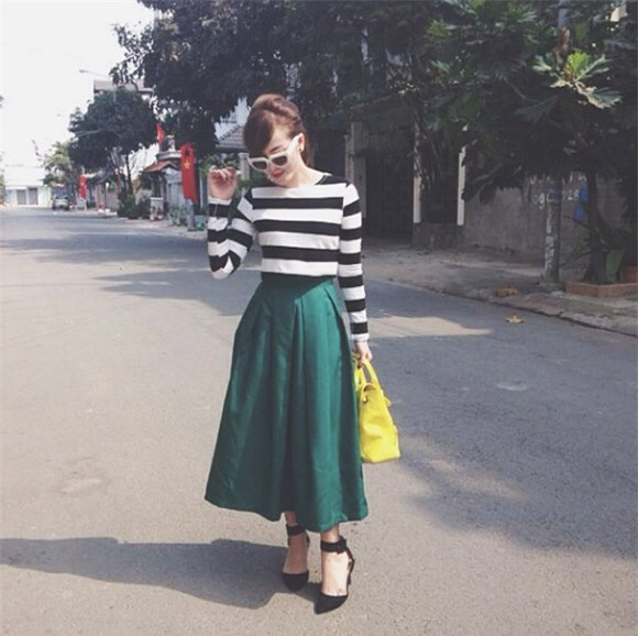 áo kẻ sóc kết hợp chân váy midi