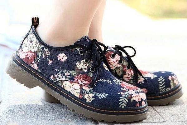 Ngoài ra còn có  cả giày thêu hoa