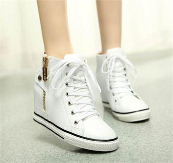 Giày sneaker luôn là món đồ yêu thích của các bạn trẻ