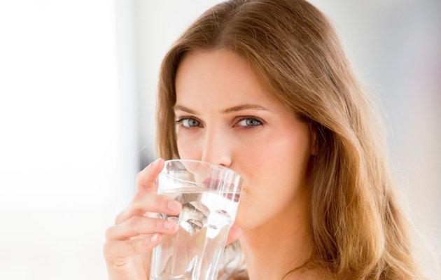 Chữa nấc cục bằng ccahs uống nước hiệu quả