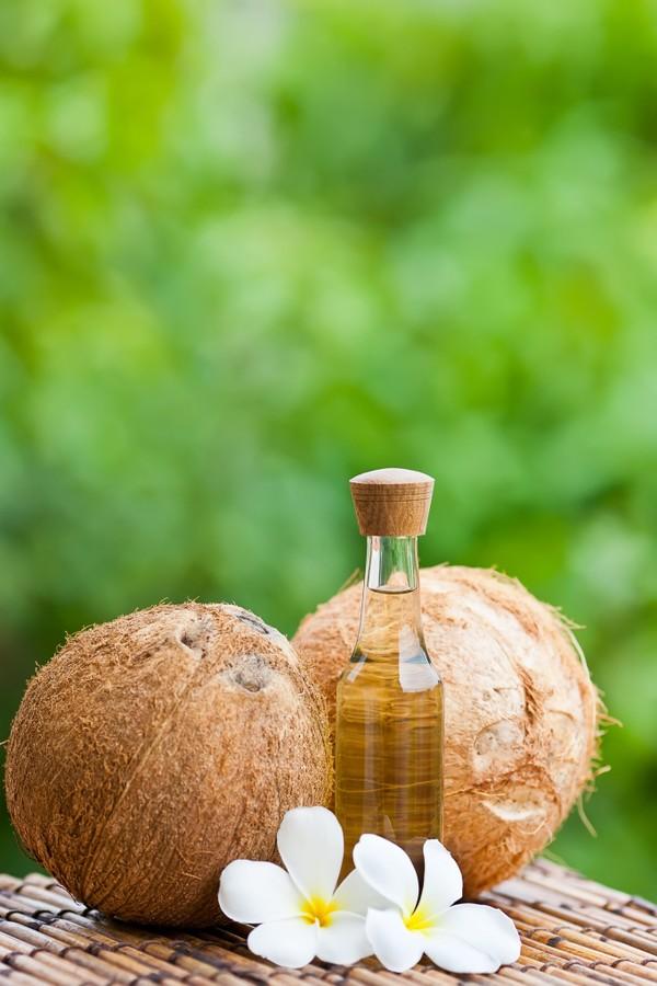 Dùng dầu dừa trước khi gội đầu cho mái tóc khô xơ,hư tổn