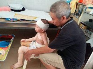 Hiện giờ bé Kem được bố và ông nội chăm sóc tại Hà Nội