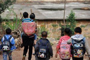 cõng con đi học mỗi ngày, người mẹ cõng con đi học mỗi ngày