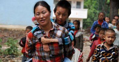 Cảm động : Người mẹ làm đôi chân cõng con đi học mỗi ngày