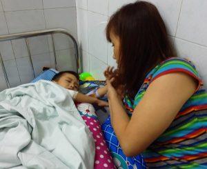 Bé bị bỏng nặng, bé 5 tuổi bị bỏng nặng, bé 5 tuổi hoại tử vì bị bỏng lại đắp lá