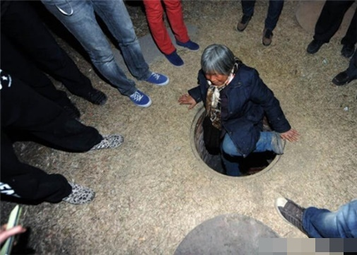 cụ bà sống 20 năm dưới ống cống, cụ bà sống dưới ống cốc suốt 20 năm vì sợ con bạo hành
