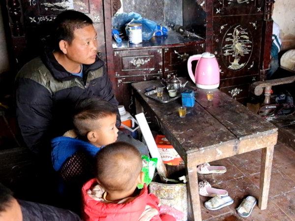 vợ mất khi đang mang thai, người đàn ông gà trống nuôi 8 con thơ