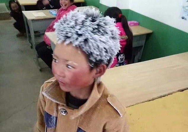 cậu bé tới trường với mái tóc đóng băng