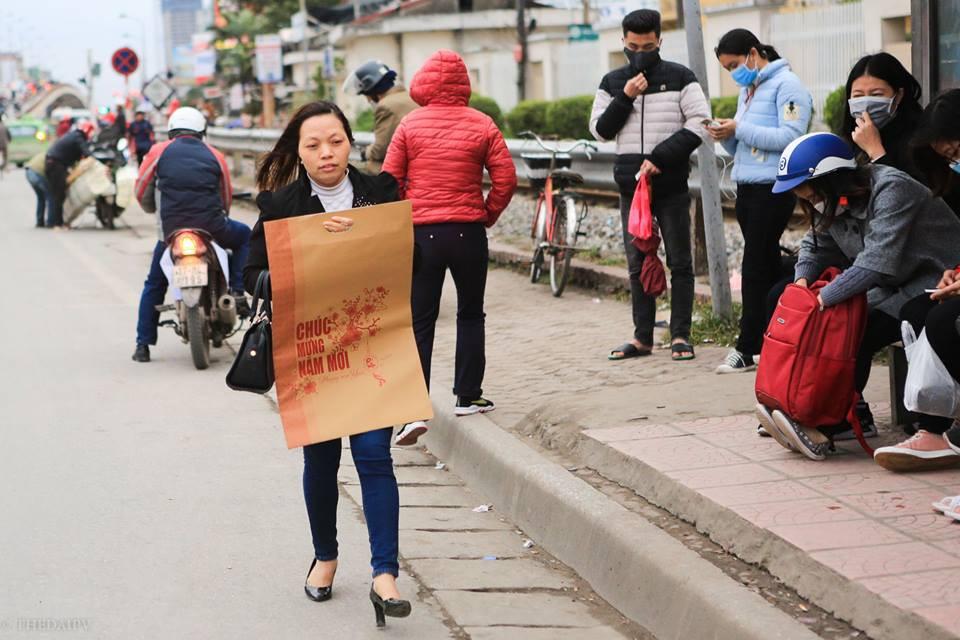 Chùm ảnh người Hà Nội co ro trong giá lạnh, những cánh trống rét của người Hà Nội