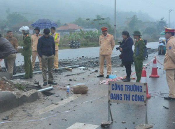 Tai nạn giao thông, ô tô 4 chỗ đâm thẳng vào nhóm công nhân 5 người tử vong