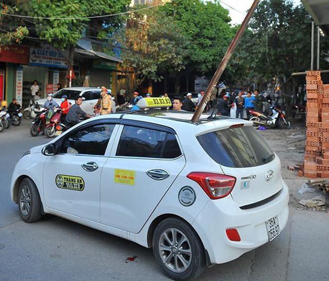 thanh sắt rơi thủng nóc taxi 1 người tử vong