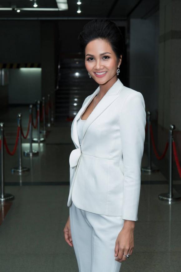 gu thời trang sành điệu của hoa hậu H'hen Niê