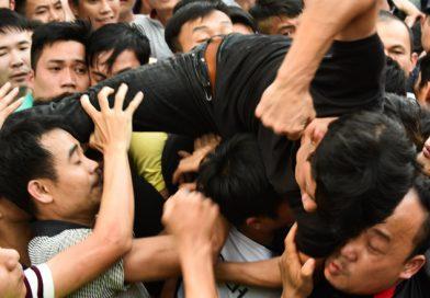 Hỗn loạn cảnh bóp cổ, đấm nhau chảy máu mồm trong lễ hội giằng bông ở Hà Nội