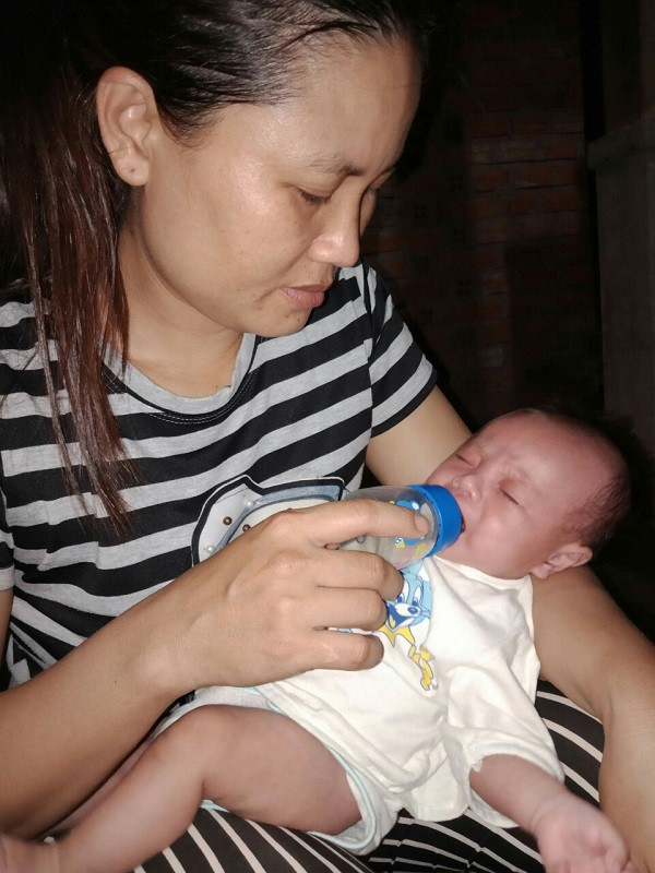 Nhói lòng bé 2 tháng tuổi khóc ngặt vì khát sữa khi mẹ nguy kịch